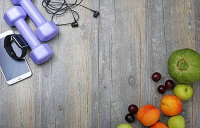 gezonde-levensstijl-dumbbell-slim-horloge-en-fruit_1387-96